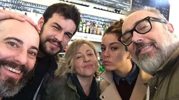 """Álex De La Iglesia con parte del reparto de su nueva película """"El Bar""""."""