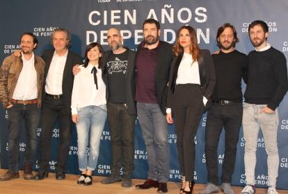 Los actores de la película. De izqda a dcha: Luis Callejo, José Coronado, Marian Álvarez, Luis Tosar, Patricia Vico y Rodrigo de la Serna